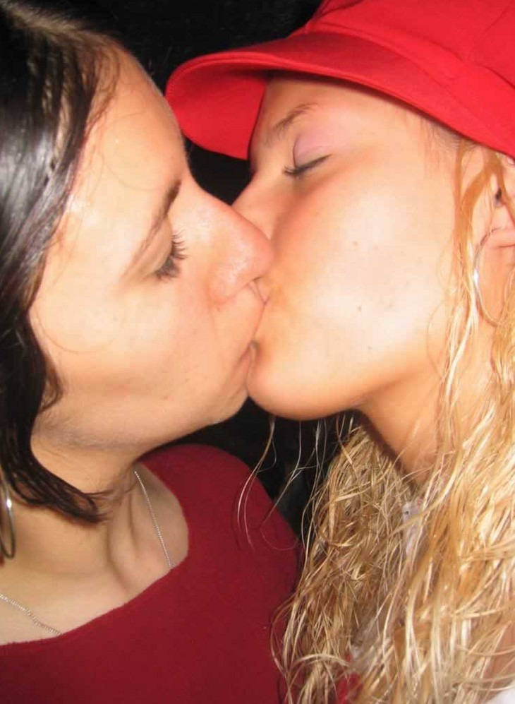 girls kissing